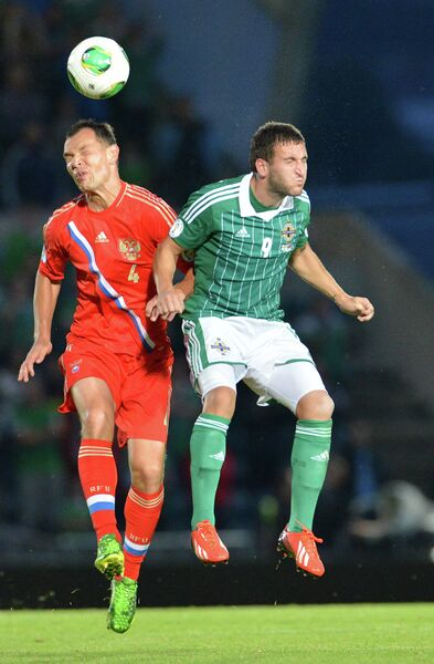 Защитник сборной России Сергей Игнашевич (слева) и нападающий сборной Северной Ирландии Мартин Патерсон