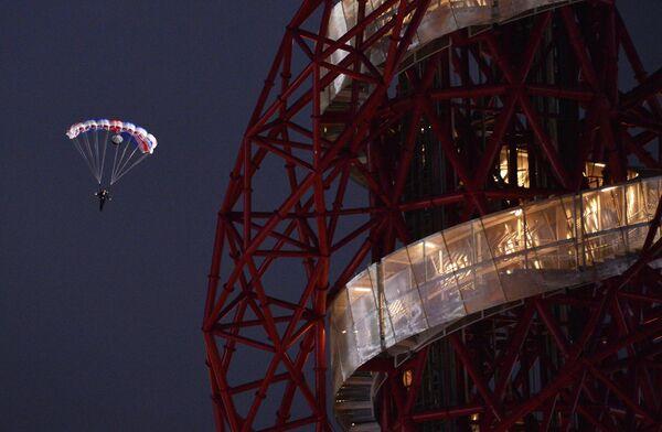 Парашютист в роли Джеймса Бонда выпрыгивает из вертолета во время церемонии открытия ХХХ летних Олимпийских игр