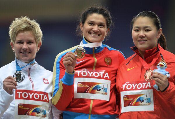 Анита Влодарчик (Польша) - серебряная медаль, Татьяна Лысенко (Россия) - золотая медаль, Чжан Венсю (Китай) - бронзовая медаль