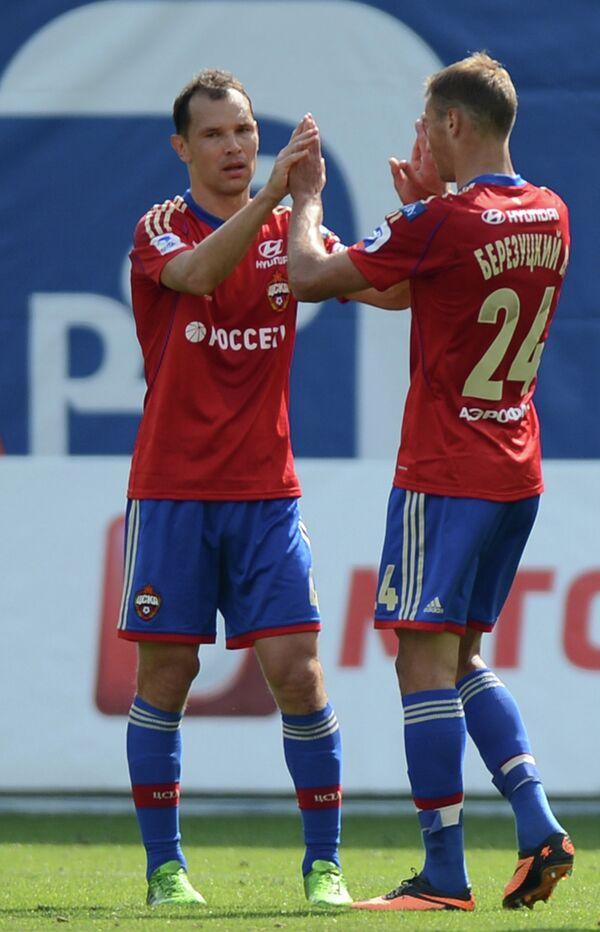 Защитники ЦСКА Сергей Игнашевич (слева), Василий Березуцкий