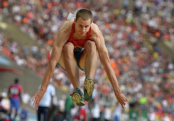 Алексей Федоров (Россия) в финальных соревнованиях в тройном прыжке среди мужчин