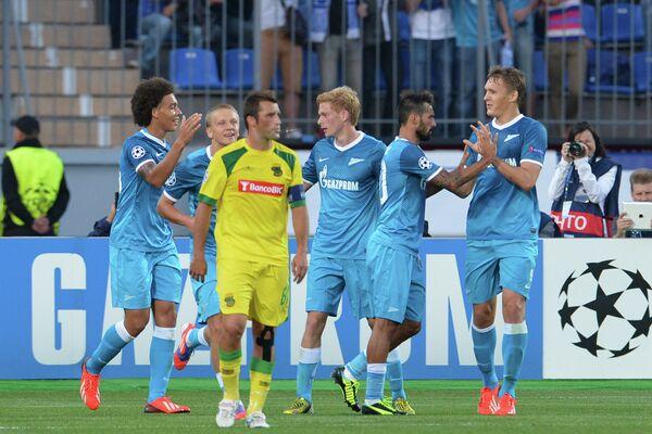 Футболисты Зенита радуются забитому голу в ворота Пасуш де Феррейра