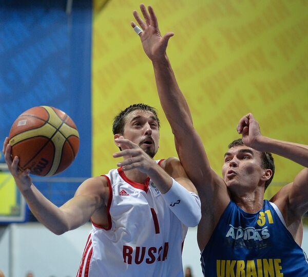Алексей Швед (слева) и игрок сборной Украины Максим Пустозвонов