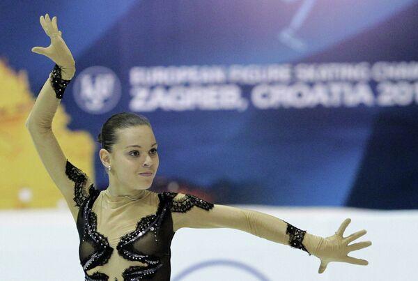 Россиянка Аделина Сотникова выступает в короткой программе женского одиночного катания на чемпионате Европы