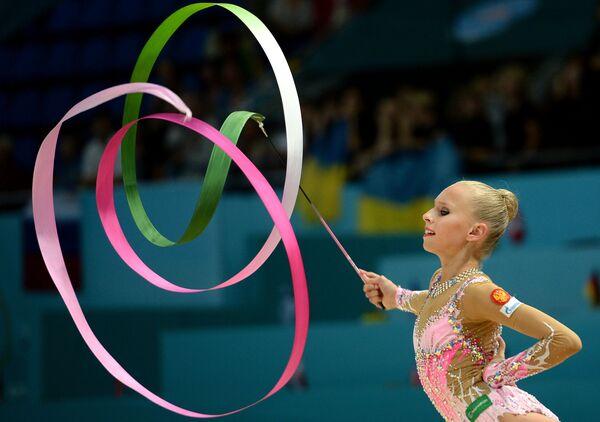Яна Кудрявцева (Россия) выполняет упражнения с лентой
