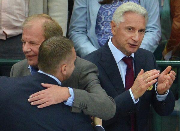 Главный тренер сборной России Зинэтула Билялетдинов (справа) радуется победе над сборной Швеции