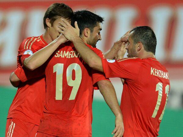 Футболисты сборной России Александр Рязанцев, Александр Самедов и Алексагрд Кержаков (слева направо) радуются победе над Люксембургом