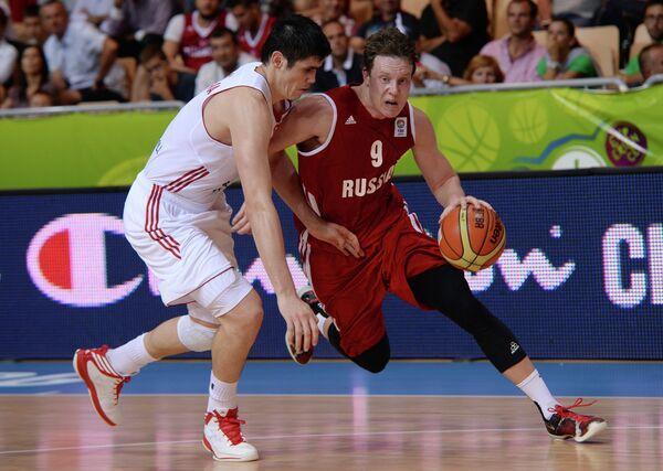 Форвард сборной Турции Эрсан Ильясова и защитник сборной России Дмитрий Кулагин (слева направо)