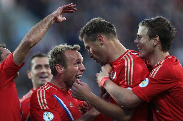 Футболисты сборной России Денис Глушаков, Василий Березуцкий и Александр Кокорин (слева направо)