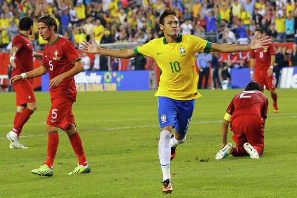 Нападающий сборной Бразилии Неймар радуется забитому мячу в ворота сборной Португалии