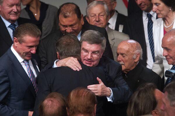 Избранный президент МОК Томас Бах (в центре) принимает поздравления от участников 125-й сессии Международного олимпийского комитета в Буэнос-Айресе