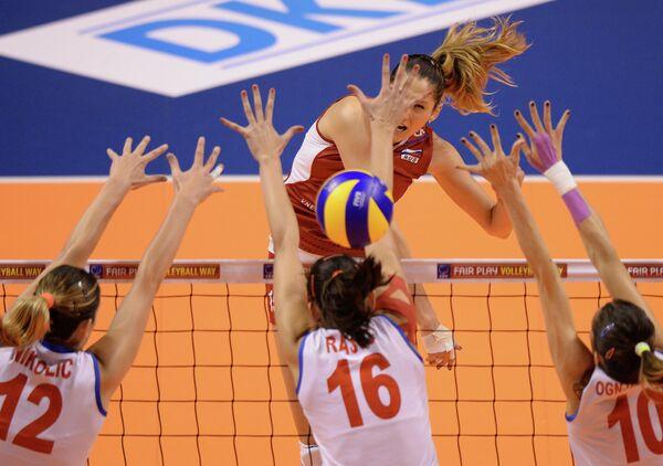 Российская волейболисткаТатьяна Кошелева (на втором плане в центре) и сербские спортсменки Елена Николич, Милена Рашич и Майя Огненович (слева направо)