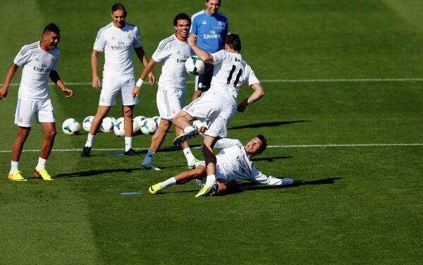 Криштиану Роналду делает подкат Гарету Бейлу на тренировке мадридского Реала. На заднем плане: Каземиро, Бензема, Пепе (слева направо)