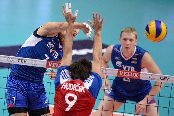 Ондрей Гудечек (в центре), игроки сборной России Николай Павлов (слева) и Сергей Гранкин