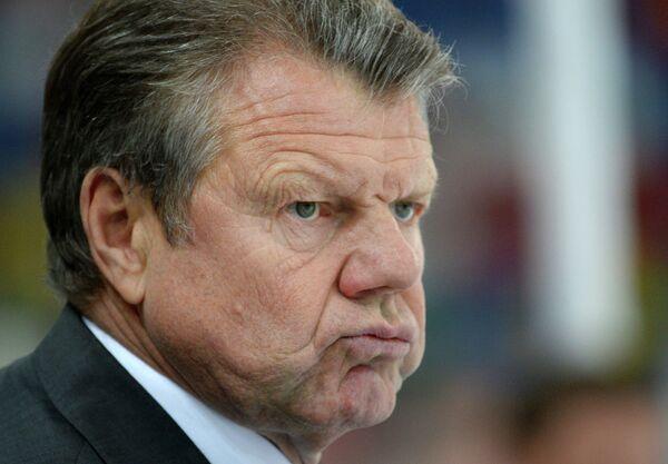 Петр Воробьев наблюдает за ходом игры