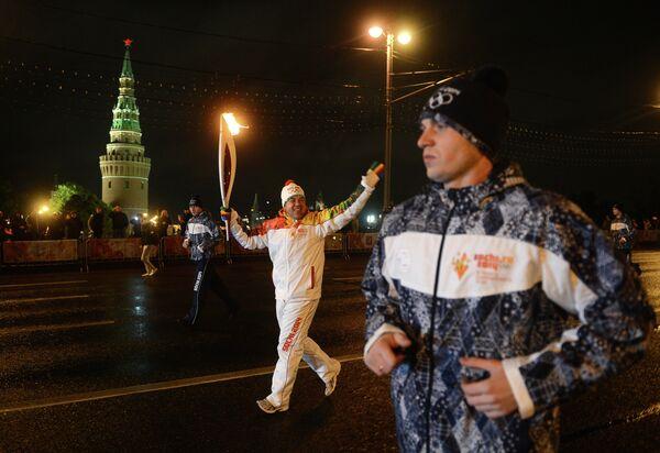 Спортсмен Алексей Алипов (в центре)