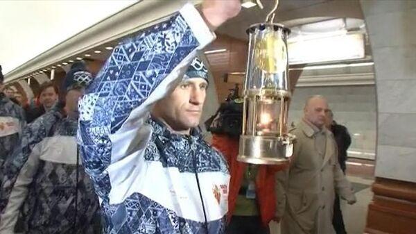Олимпийский огонь спустили в метро и провезли в вагоне поезда