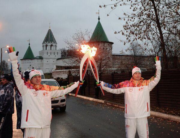 Факелоносцы во время эстафеты олимпийского огня в городе Кострома