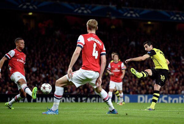 Форвард дортмундской Боруссии Генрих Мхитарян забивает мяч в ворота Арсенала
