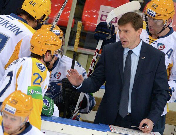 Хоккей. КХЛ. Матч Динамо (Москва) - АтлантАлексей Кудашов (справа)
