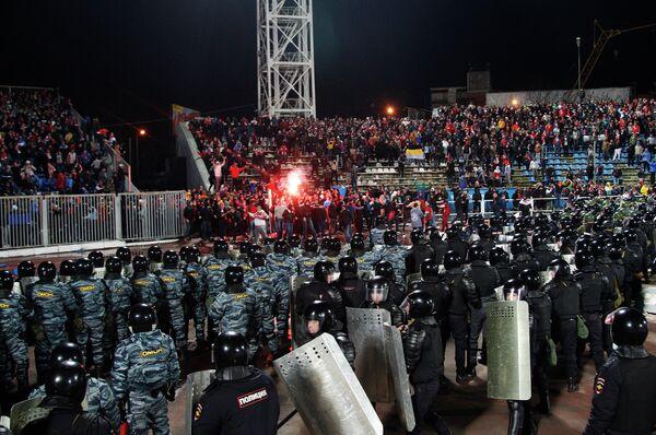 Сотрудники правоохранительных органов обеспечивают безопасность на стадионе в Ярославле
