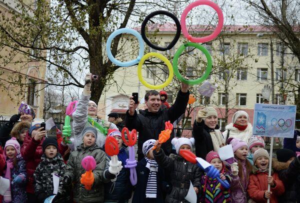 Жители Северодвинска во время эстафеты олимпийского огня