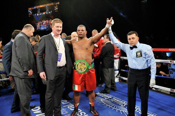 Майк Перес одержал победу над Магомедом Абдусаламовым за титул чемпиона Соединенных Штатов по версии WBC в супертяжелом весе