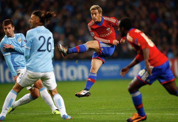 Полузащитник ЦСКА Кейсуке Хонда наносит удар по воротам Манчестер Сити
