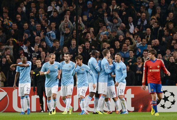 Футболисты Манчестер Сити радуются голу, забитому в ворота ЦСКА