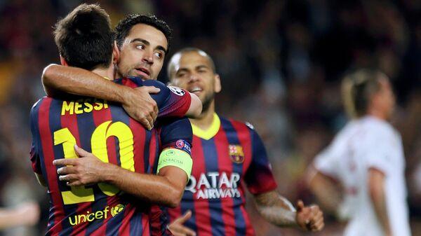 Футболисты Барселоны Лионель Месси, Хави и Дани Алвес радуются победе над Миланом