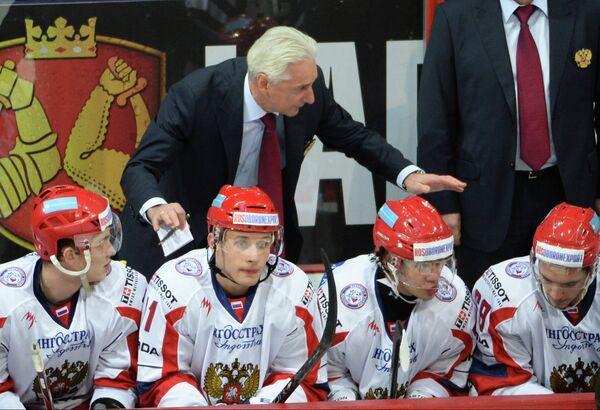 Главный тренер сборной России Зинэтула Билялетдинов (в центре)