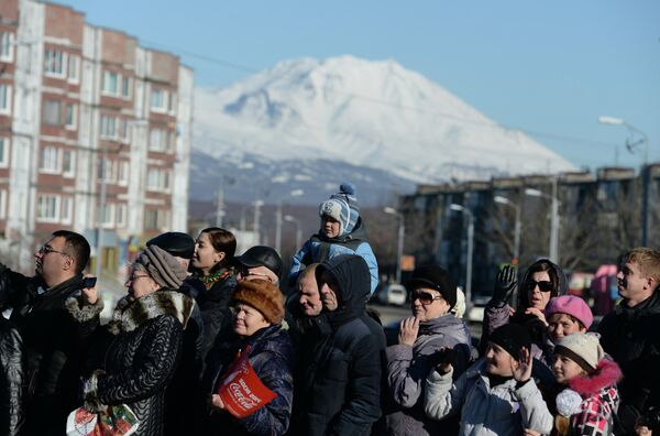 Зрители во время эстафеты олимпийского огня в Петропавловске-Камчатском