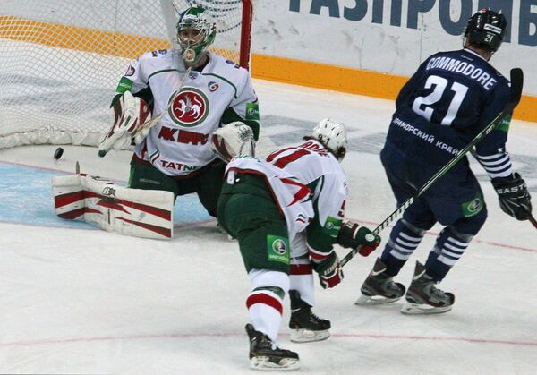 Эмиль Гарипов пропускает шайбу
