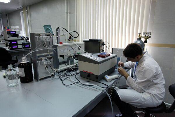 Сотрудник лаборатории во время работы в антидопинговом центре (АДЦ)