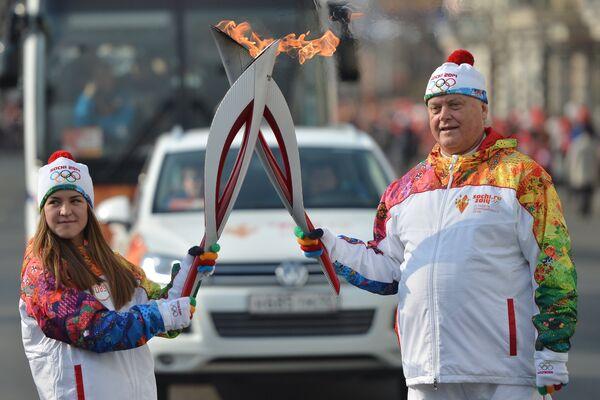 Владимир Якунин во время передачи эстафеты Олимпийского огня во Владивостоке.