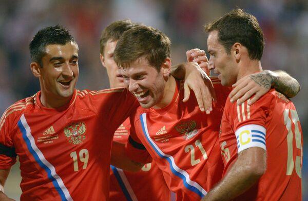 Футболисты сборной России рады забитому голу.
