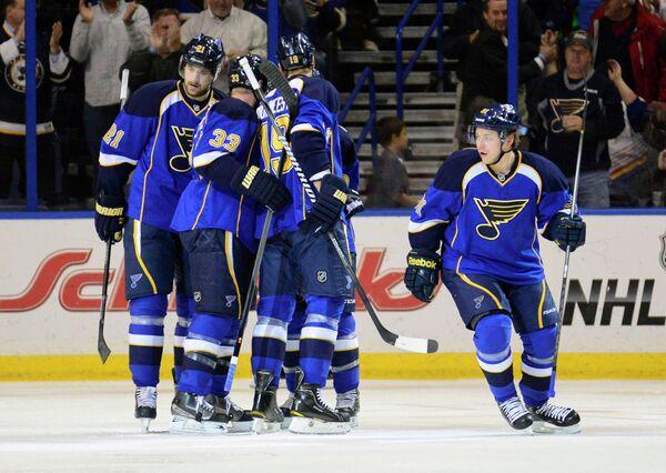 Хоккеисты Сент-Луиса совместно с Владимиром Тарасенко (крайний справа)