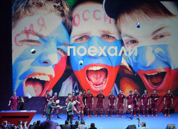 Футболисты сборной России вместе с гллавным тренером Фабио Капелло (на переднем плане в сером костюме)