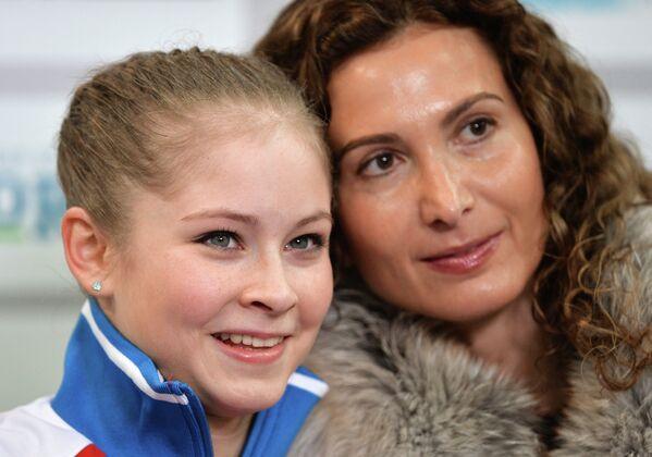 Юлия Липницкая и ее тренер Этери Тутберидзе (слева направо)