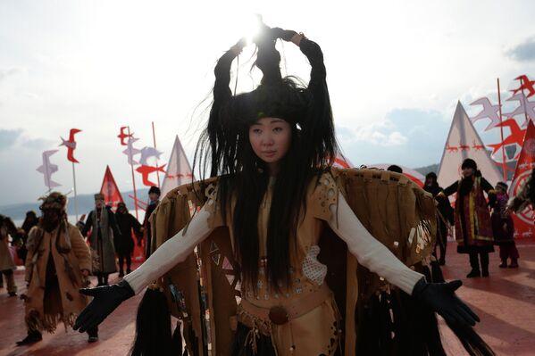 Участники театрализованного представления во время встречи эстафеты олимпийского огня на территории архитектурно-этнографического музея Тальцы. Байкал