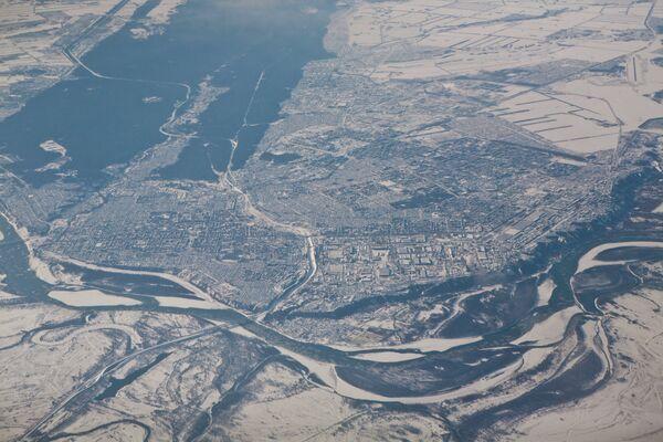 Вид на город Барнаул и реку Обь с борта самолета