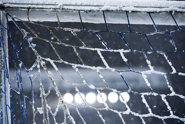 Занесенный снегом стадион