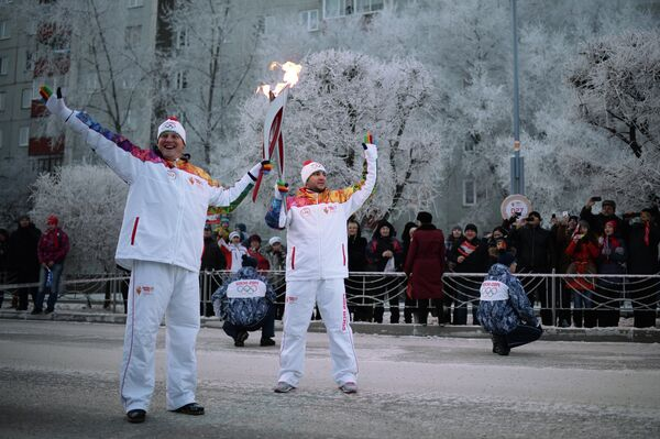 Факелоносцы во время эстафеты олимпийского огня в Абакане в республике Хакасия
