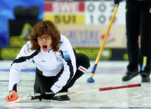 Мирьян Отт (Швейцария) в полуфинальном матче женских соревнований по керлингу между сборными командами Швеции и Швейцарии