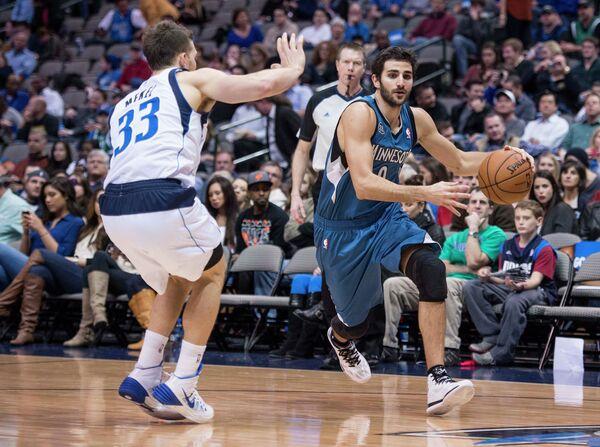 Баскетболист Миннесоты Рикки Рубио и защитник Далласа Мекел