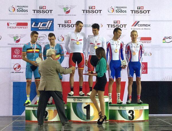 Российские велогонщики Артур Ершов и Александр Серов (крайние справа)