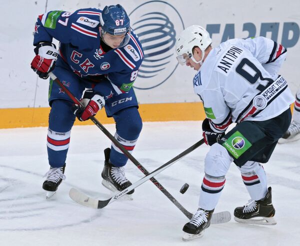 Нападающий ХК СКА Вадим Шипачев (слева) и нападающий ХК Металлург Виктор Антипин