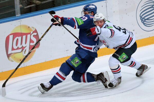 Защитник ХК СКА Максим Чудинов (слева) и нападающий ХК Металлург Богдан Потехин