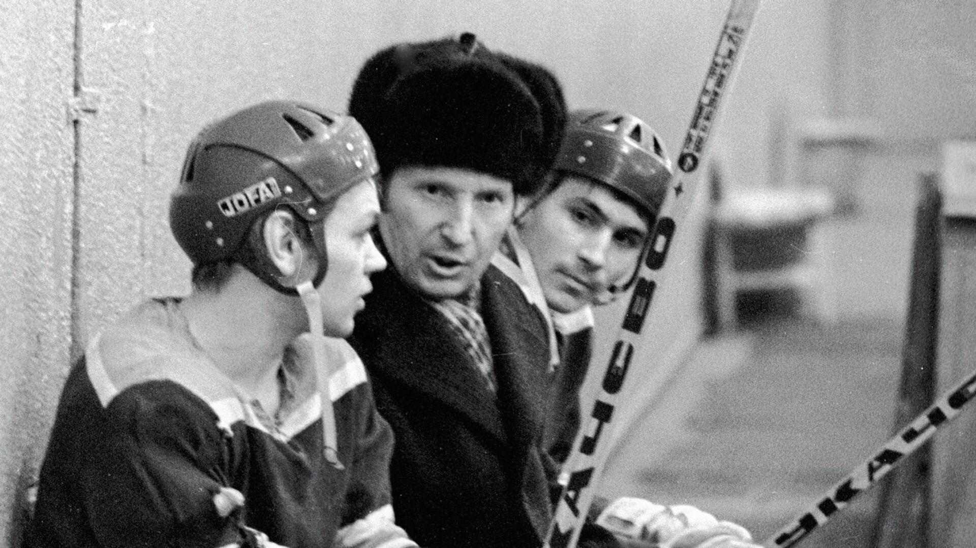 Чемпион Олимпийских игр хоккеист Виктор Шувалов (в центре) беседует с юными хоккеистами на тренировке - РИА Новости, 1920, 19.04.2021