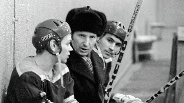 Чемпион Олимпийских игр хоккеист Виктор Шувалов (в центре) беседует с юными хоккеистами на тренировке